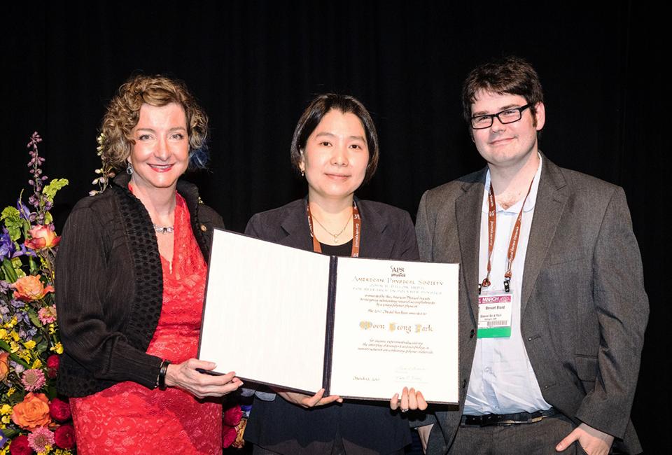 고분자 물리화학분야에서 이온전도성 소재에 대한 연구 성과를 인정받아 미국 물리학회에서 한국인 최초로 Dillon medal 수상한 박문정 교수
