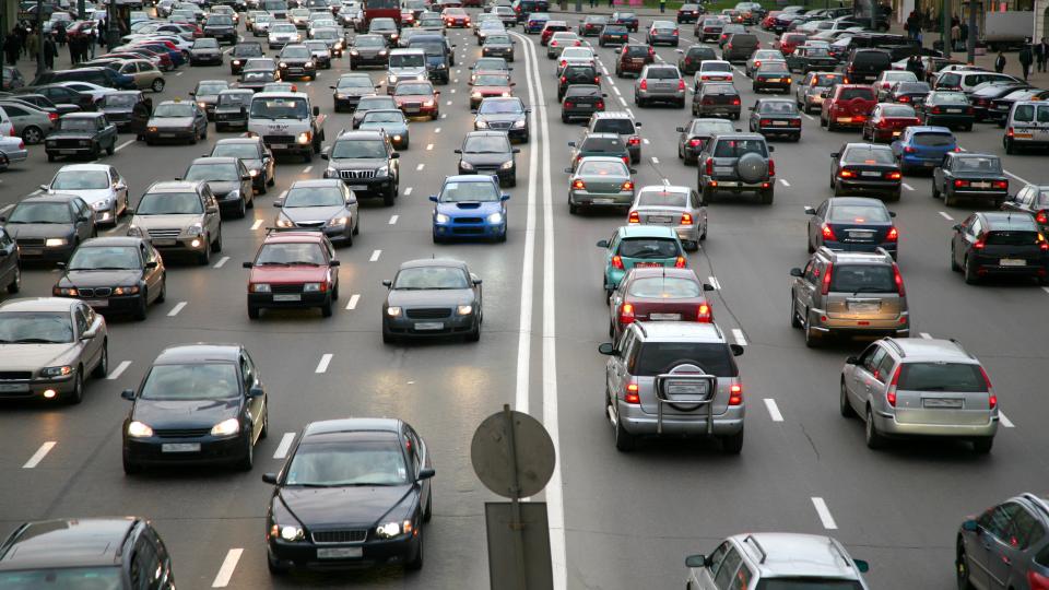 자동차로 가득한 도로의 모습