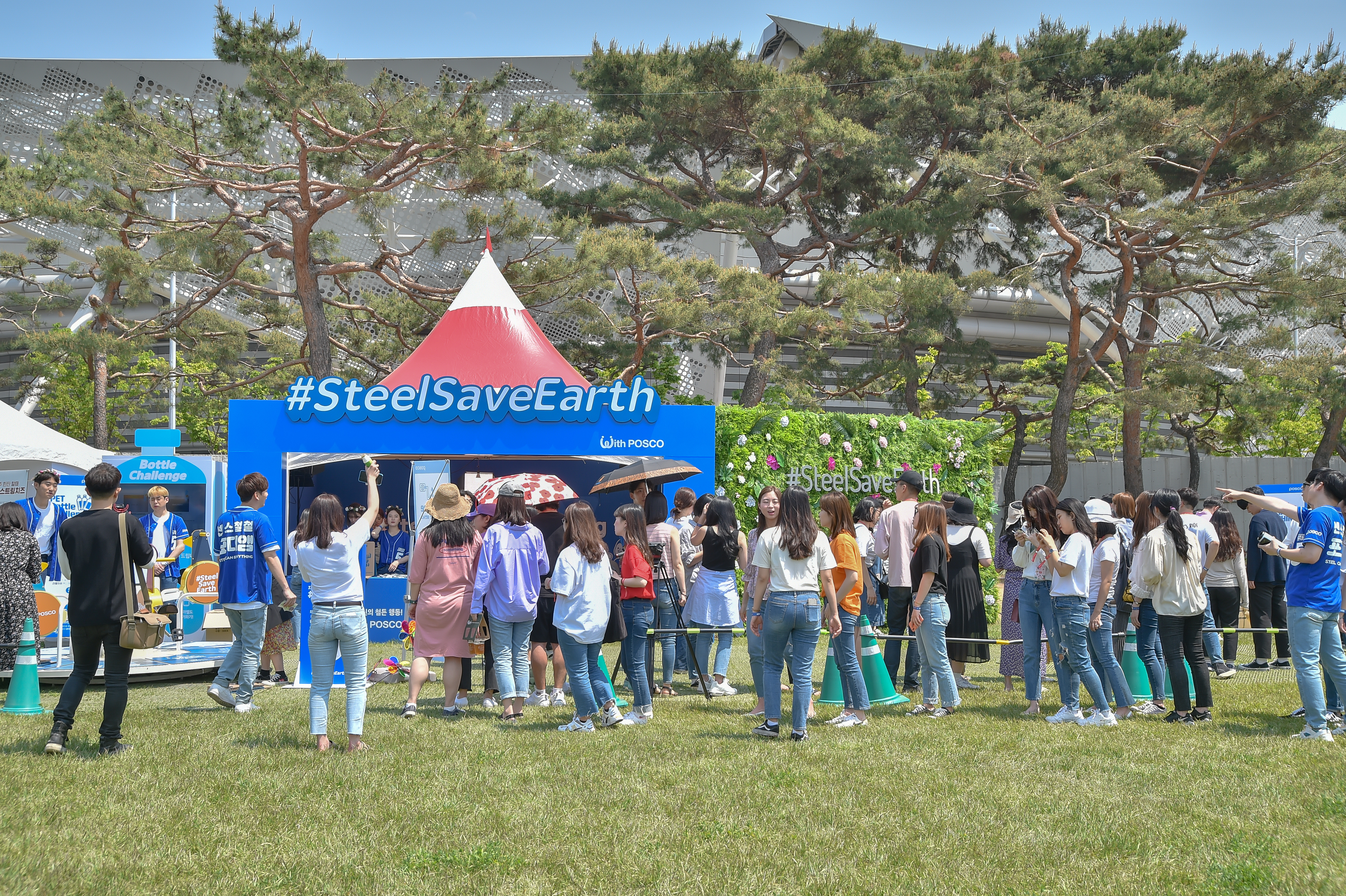 <#SteelSaveEarth With POSCO> 부스 앞에 모여든 사람들 사진