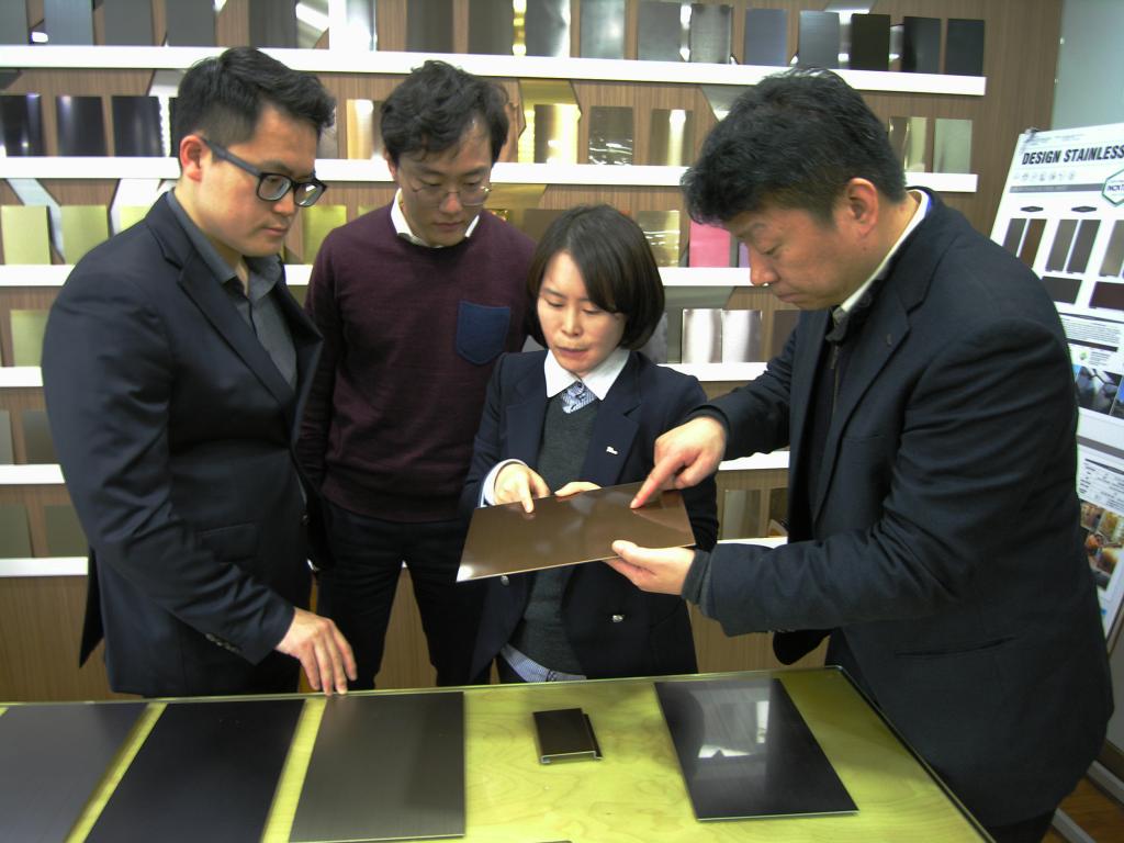(왼쪽부터) DSP 김지훈 팀장, 지현준 주임, 포스코 정현주 전문연구원, 나상준 차장이 TP재를 이용한 나노 코팅에 성공한 샘플을 보며 품질에 대해 토론하고 있다.