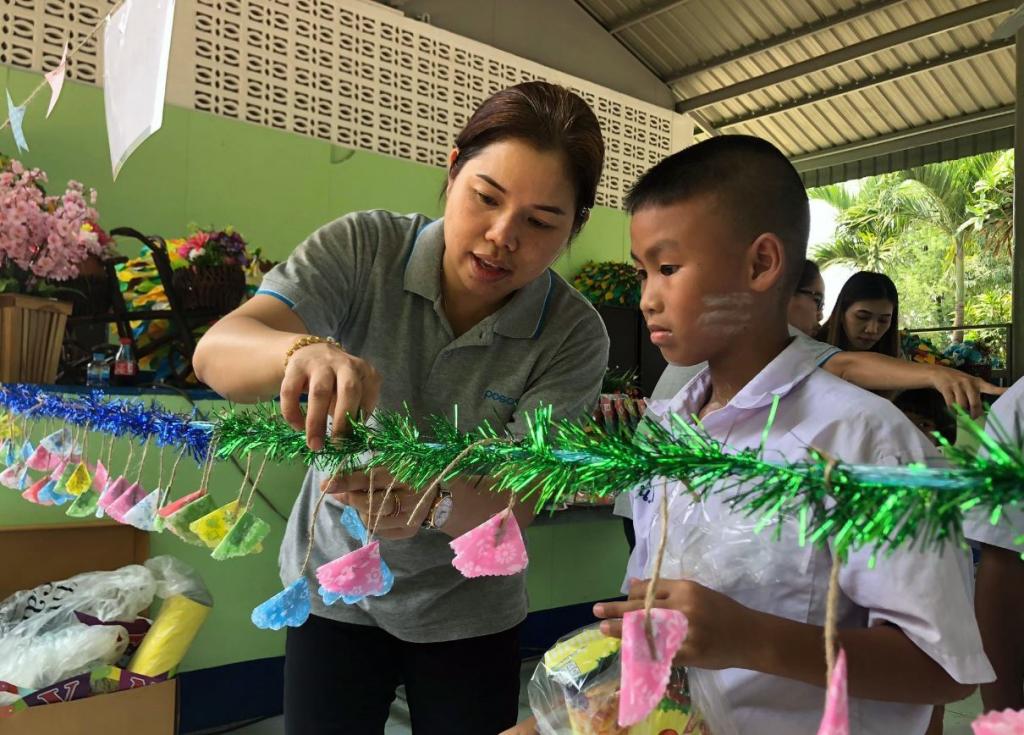 태국 POSCO-SouthAsia 임직원이 인근지역 반농송 초등학교에 어린이와 양호실 환경 개선 활동을 하는 모습