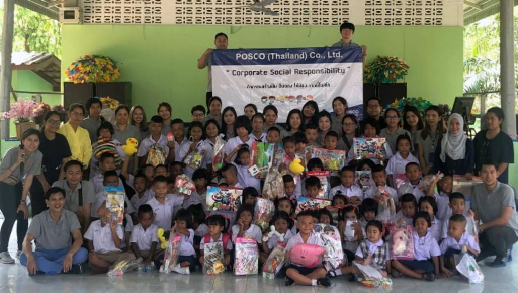 태국 POSCO-SouthAsia 임직원들이 인근지역 반농송 초등학교에 스틸차광막과 양호실을 설치하고, 어린이들에게 선물을 나눠준 후 기념촬영을 하는 모습