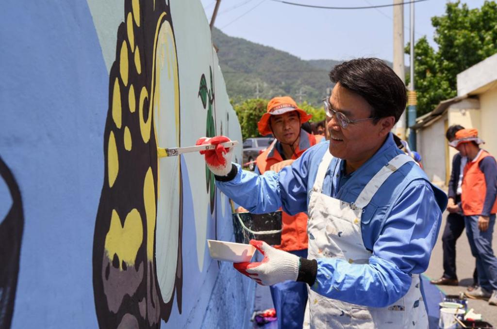 포스코 최정우 회장이 글로벌 볼런티어 위크 첫날인 지난 24일 광양 섬거마을에서 임직원들과 벽화그리기 봉사활동을 하는 모습