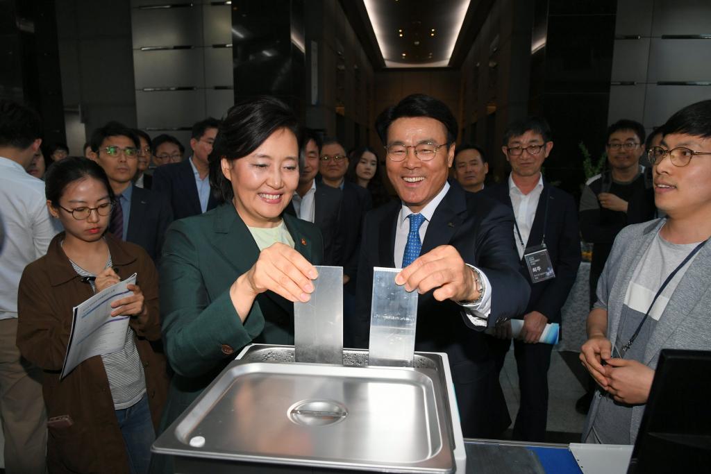최정우 포스코 회장과 박영선 중소벤처기업부장관이 아이디어마켓플레이스 행사에 참가한 CGI사의 부스에서 금속소재의 열전도성을 시연하고 있다.