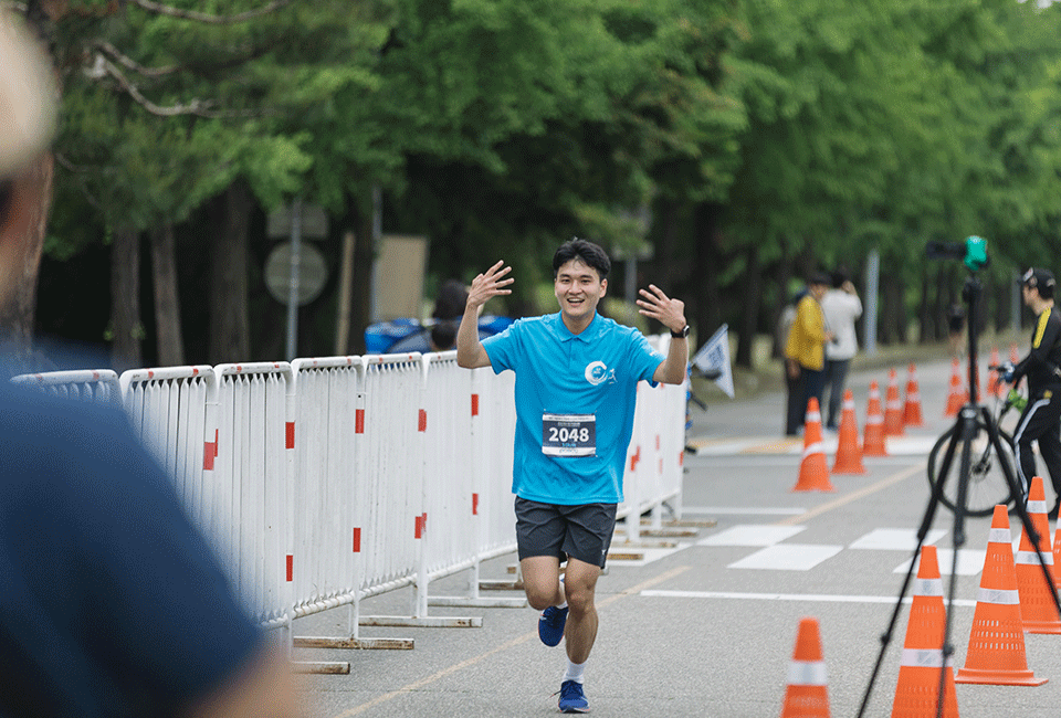 양 손가락으로 4를 표현하며 힘차게 골인하는 김진혁 사원