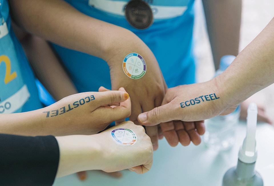 'ECOSTEEL' 스티커를 손에 붙인 이정민 차장과 가족들