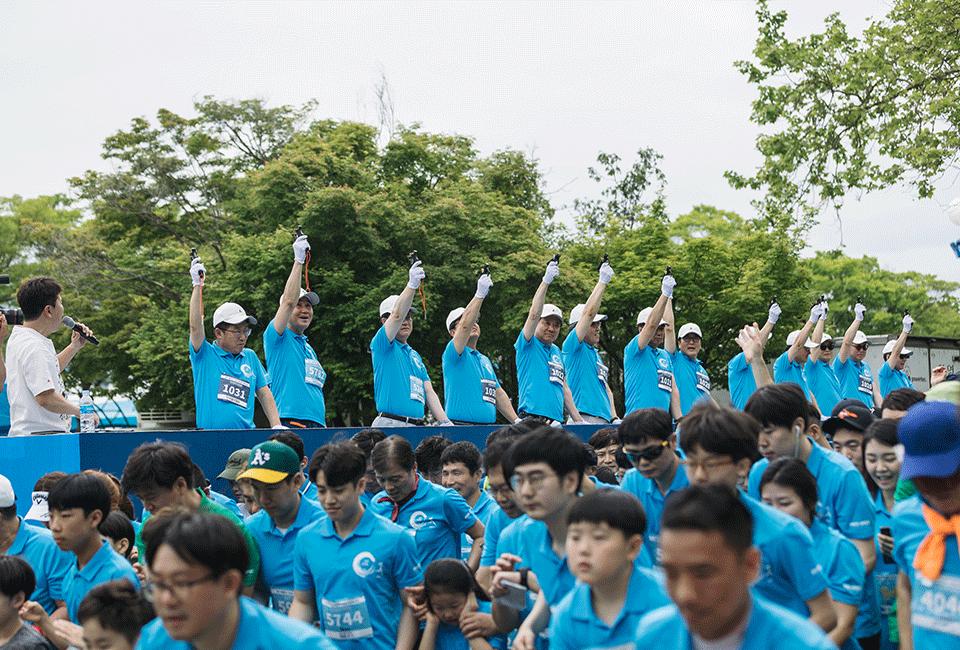 2019 철강사랑 마라톤 대회에서 스타트 신호를 보내기 위해 심판들이 신호총을 하늘로 겨누고 있다.