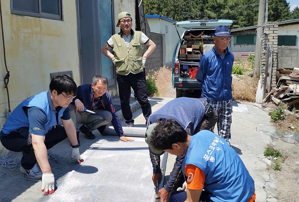 포스코패밀리 봉사단 조끼를 입고 동료들과 봉사활동을 하고 있는 오창석 파트장