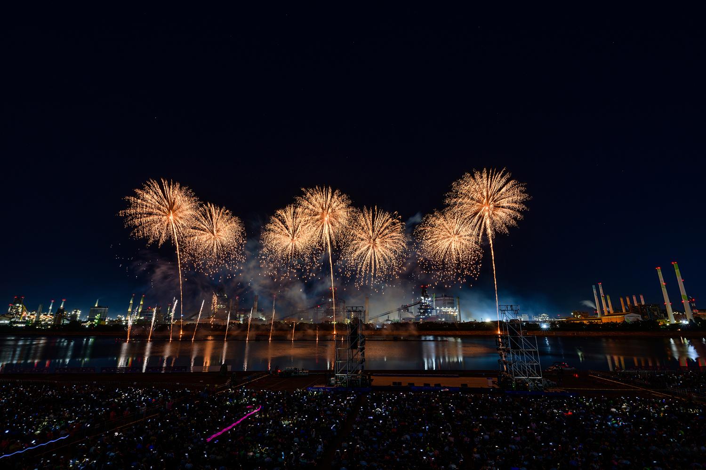 포항시 승격 70주년을 기념해 진행된 2019 포항국제 불빛축제에서 화려한 불꽃쇼가 펼쳐지는 모습 8