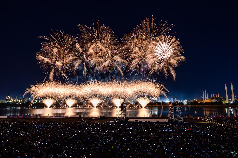 포항시 승격 70주년을 기념해 진행된 2019 포항국제 불빛축제에서 화려한 불꽃쇼가 펼쳐지는 모습 7