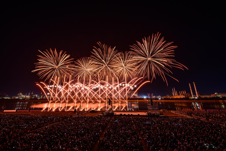 포항시 승격 70주년을 기념해 진행된 2019 포항국제 불빛축제에서 화려한 불꽃쇼가 펼쳐지는 모습 6