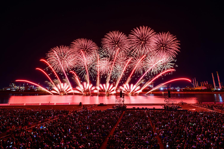포항시 승격 70주년을 기념해 진행된 2019 포항국제 불빛축제에서 화려한 불꽃쇼가 펼쳐지는 모습 1