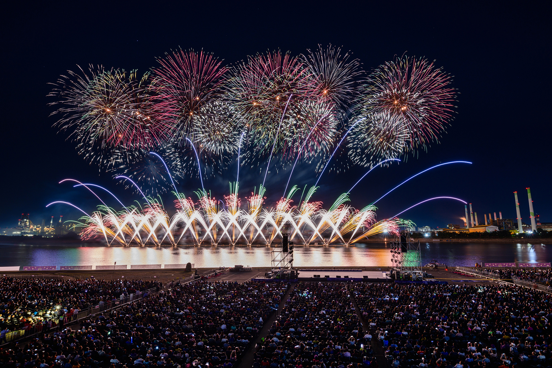 포항시 승격 70주년을 기념해 진행된 2019 포항국제 불빛축제에서 화려한 불꽃쇼가 펼쳐지는 모습 11