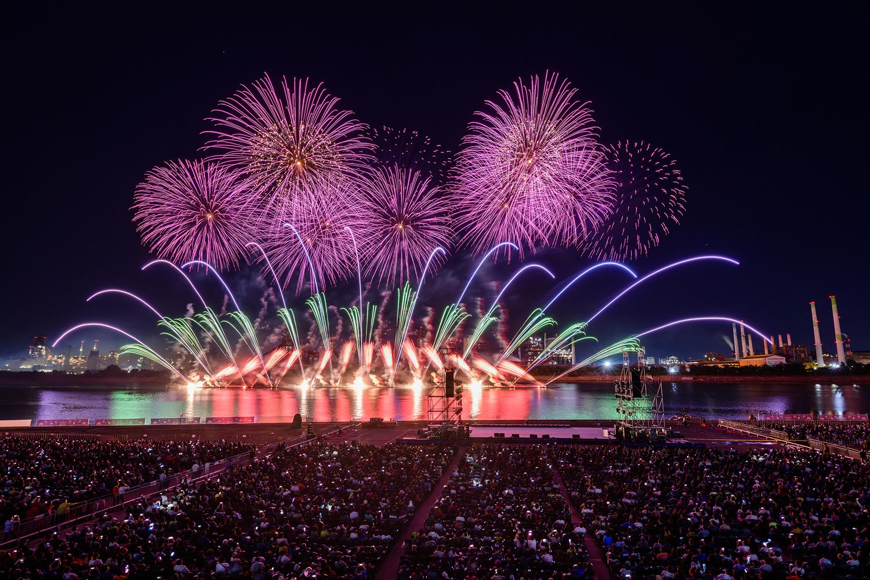 포항시 승격 70주년을 기념해 진행된 2019 포항국제 불빛축제에서 화려한 불꽃쇼가 펼쳐지는 모습 10