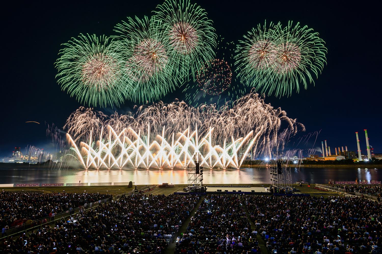 포항시 승격 70주년을 기념해 진행된 2019 포항국제 불빛축제에서 화려한 불꽃쇼가 펼쳐지는 모습 9