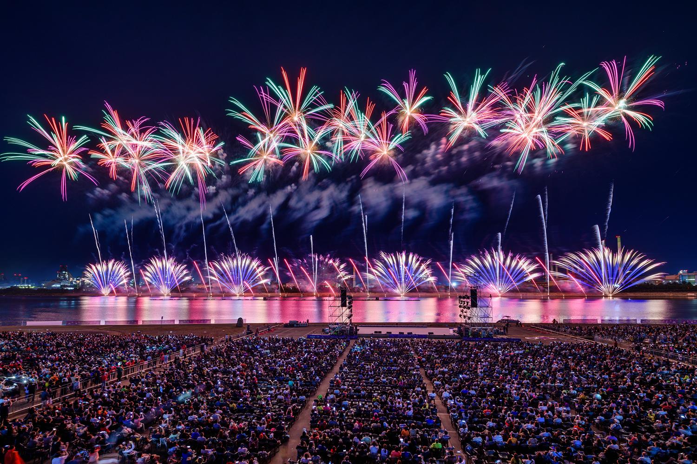 포항시 승격 70주년을 기념해 진행된 2019 포항국제 불빛축제에서 화려한 불꽃쇼가 펼쳐지는 모습 5