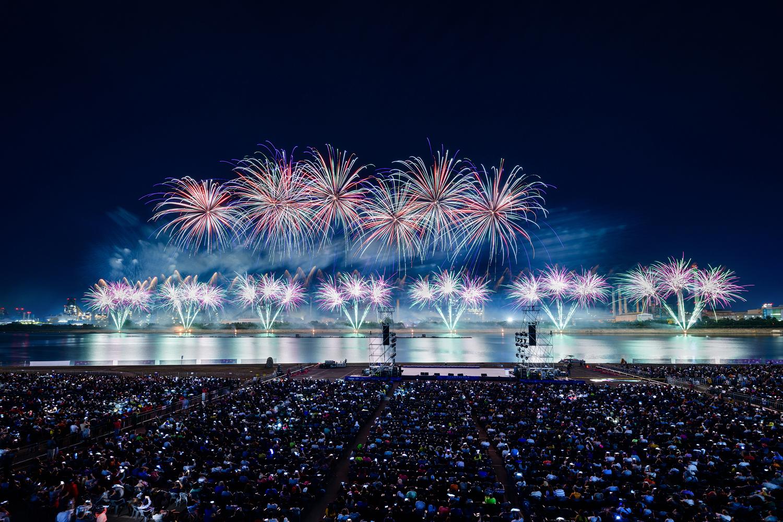 포항시 승격 70주년을 기념해 진행된 2019 포항국제 불빛축제에서 화려한 불꽃쇼가 펼쳐지는 모습 4