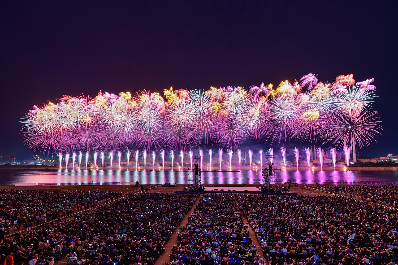포항시 승격 70주년을 기념해 진행된 2019 포항국제 불빛축제에서 화려한 불꽃쇼가 펼쳐지는 모습 3