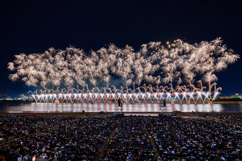 포항시 승격 70주년을 기념해 진행된 2019 포항국제 불빛축제에서 화려한 불꽃쇼가 펼쳐지는 모습 2