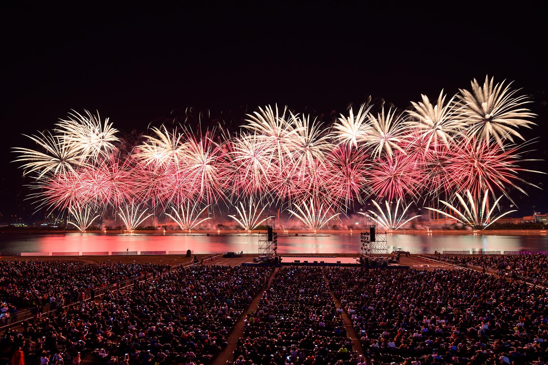포항시 승격 70주년을 기념해 진행된 2019 포항국제 불빛축제에서 화려한 불꽃쇼가 펼쳐지는 모습