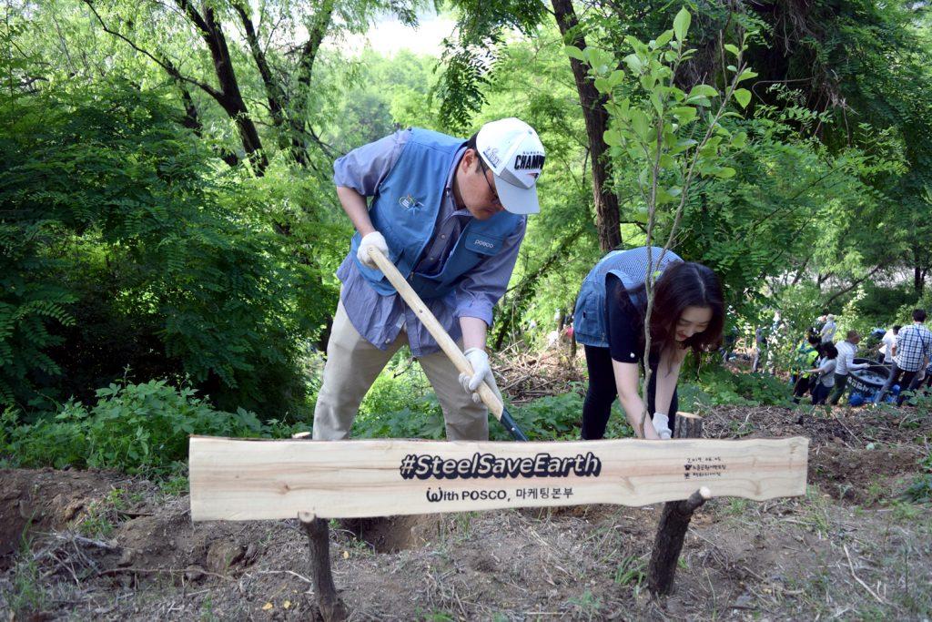 나무를 심고 있는 포스코 임직원들 (#SteelSaveEarth with POSCO, 마케팅본부)