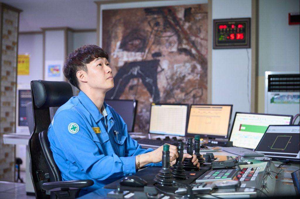 김민재 대리가 관제 센터에서 일하는 모습