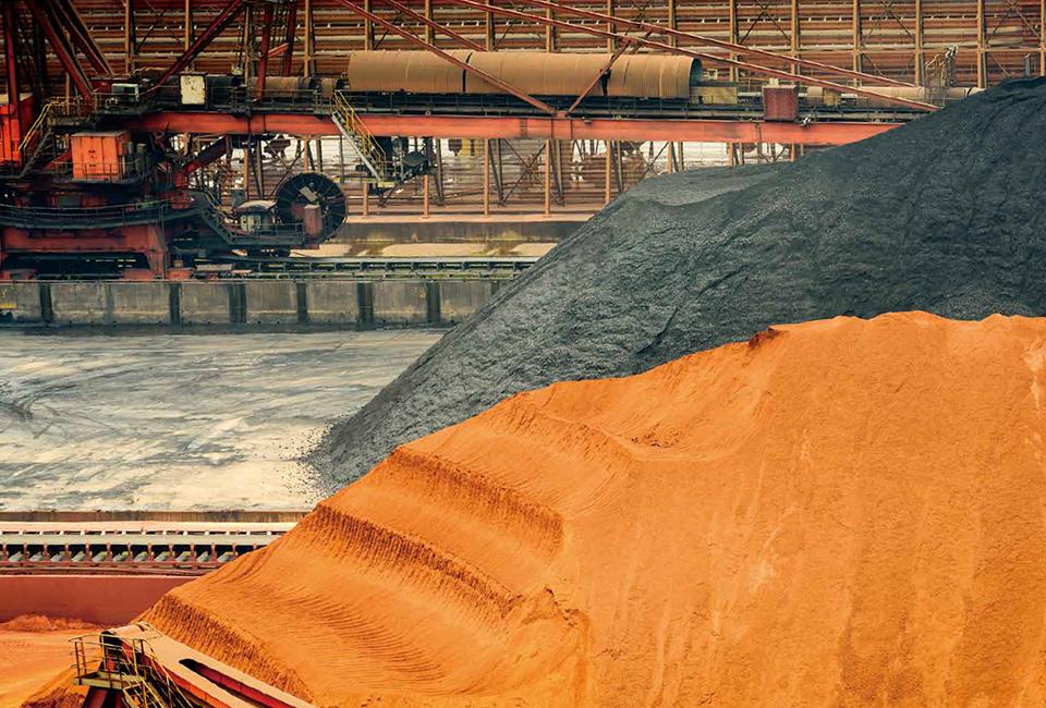 재가공을 거쳐 야적장에 쌓여있는 해외에서 수입된 철광석과 석탄