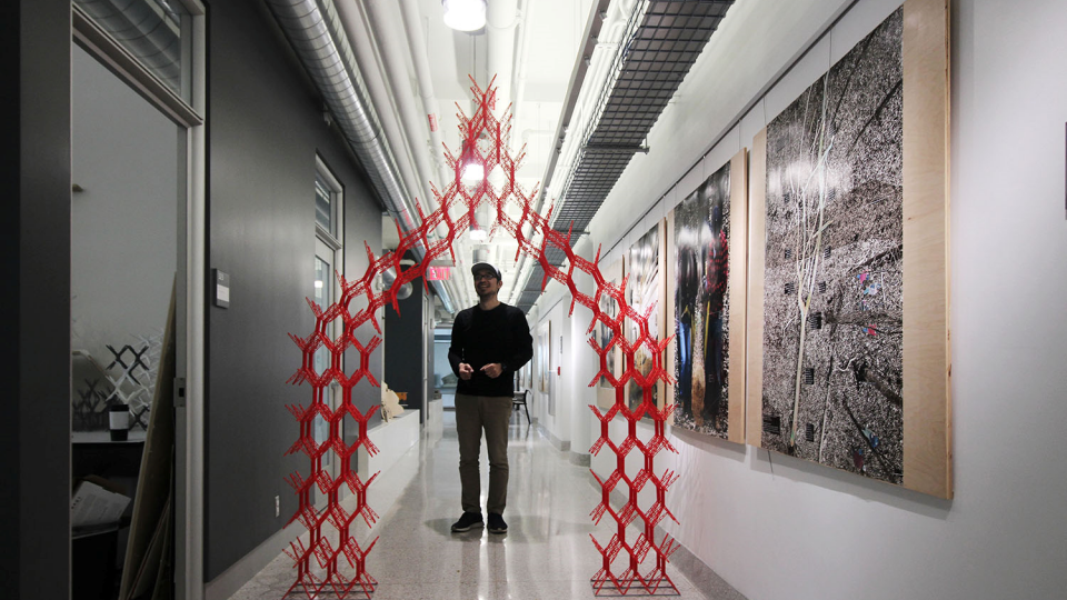 SIMS를 활용하며 만든 구조물 아래에서 포즈를 취하고 있는 송진영 교수
