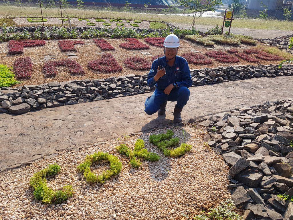 잔디로 Pride of Indonesia가 새겨져있는 화단 앞에서 포즈를 취하고 있는 무클리스 주니어 리더
