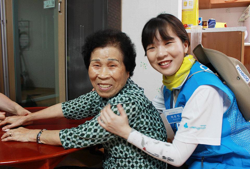 경로당에서 할머님과 함께 기념촬영을 하는 비욘더