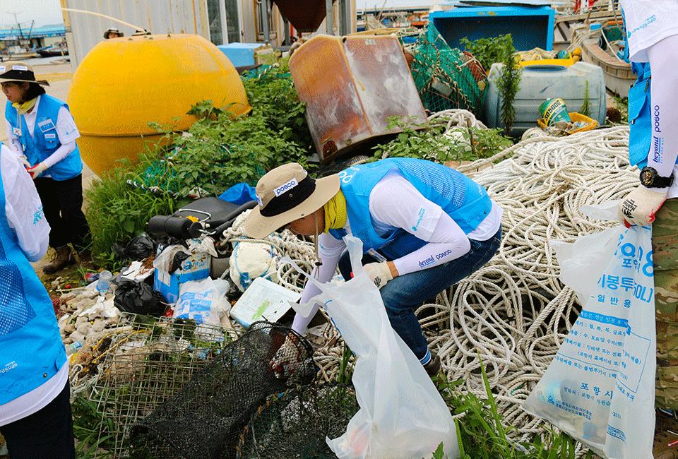 해양 정화 활동을 위해 쓰레기를 줍고 있는 비욘더들