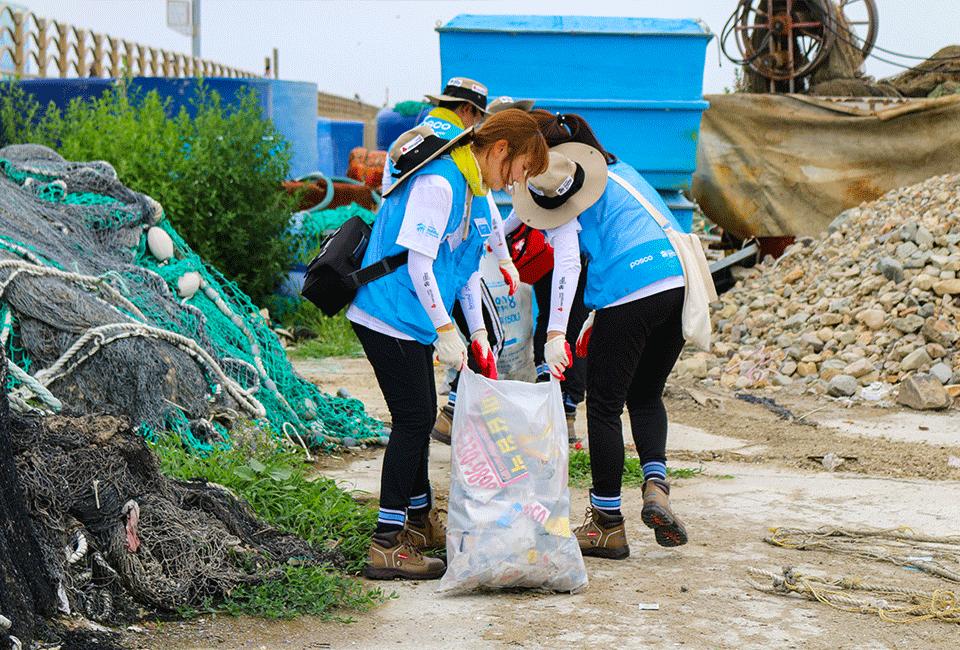 해양 정화 활동을 위해 쓰레기를 줍고 있는 비욘더들2