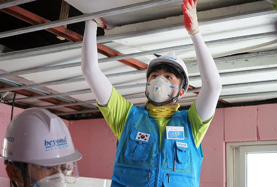 건물의 보수공사를 위해 천장작업을 하고 있는 비욘더