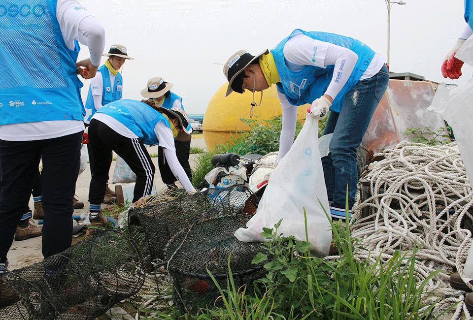 폐어망, 쓰레기 등을 줍고 있는 비욘더들