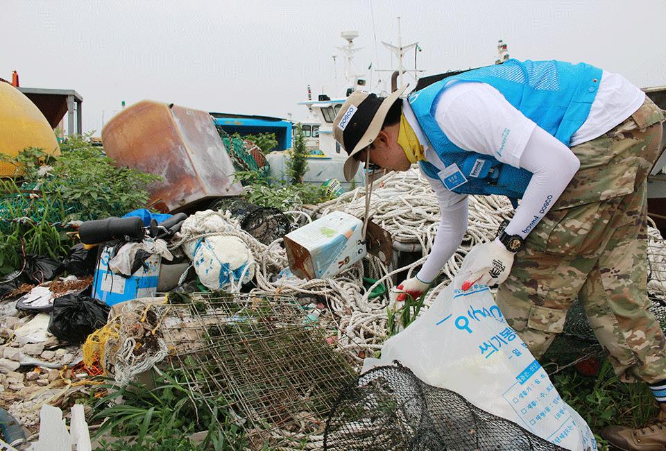 해양 쓰레기를 수거하고 있는 비욘더