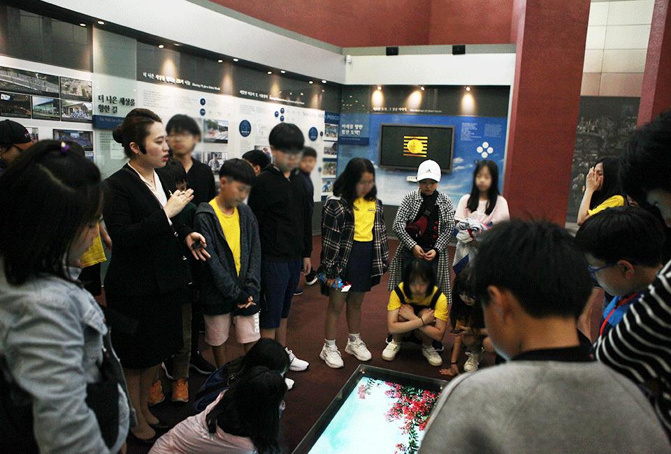 포스코 역사관에서 프로그램을 체험하고 있는 학생들