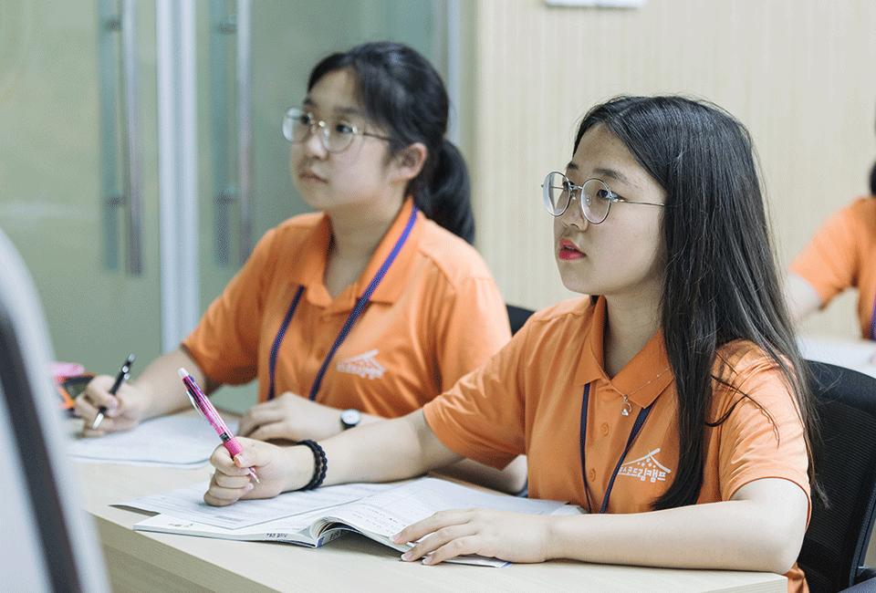 수업에 집중하고 있는 박예지양