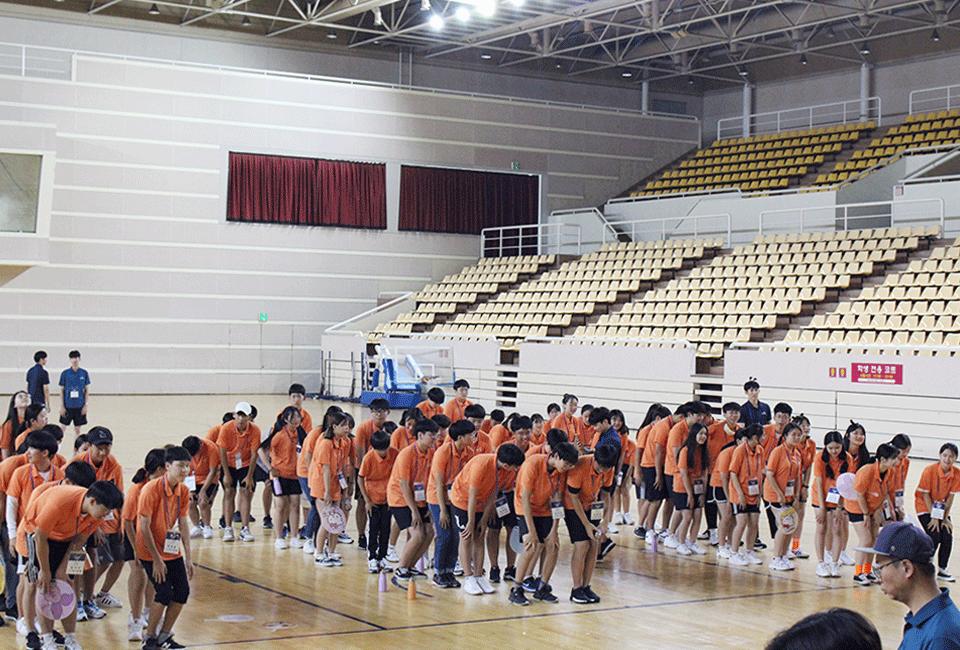 명랑운동회 전 준비운동을 하고 있는 청소년들