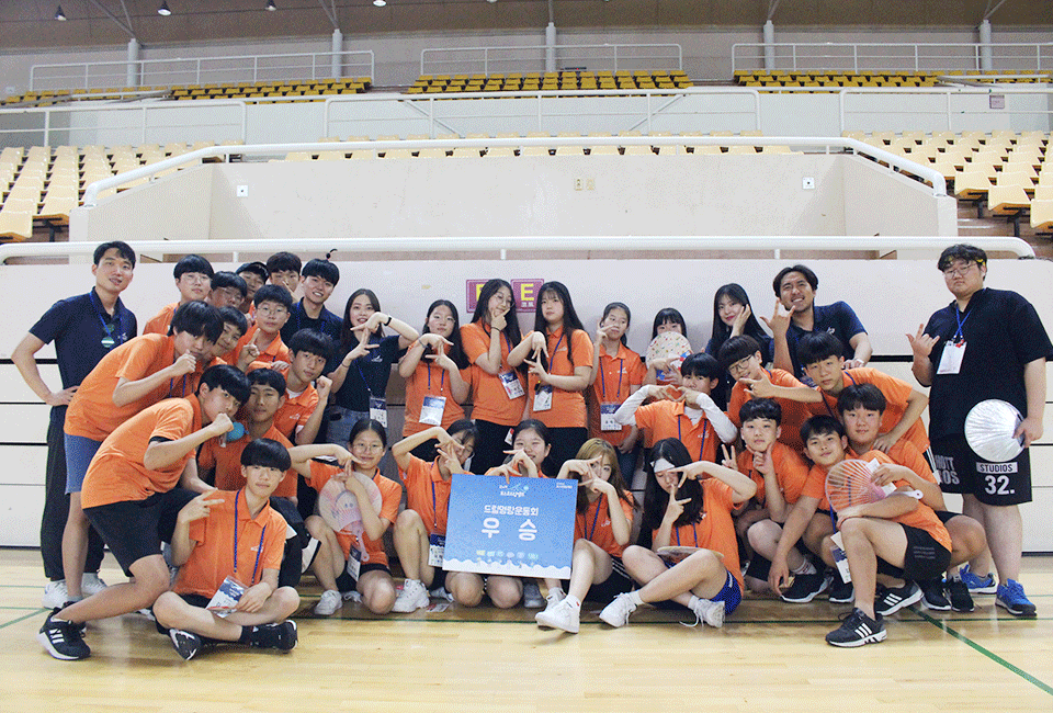 명랑운동회 우승팀의 단체 사진