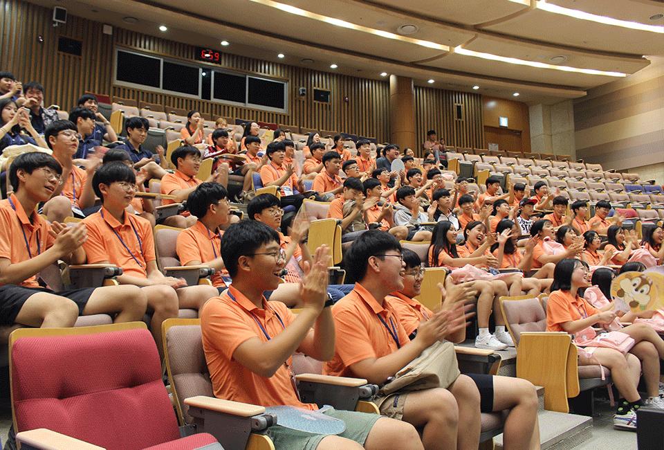프로그램을 진행하며 즐겁게 박수를 치고 있는 청소년들