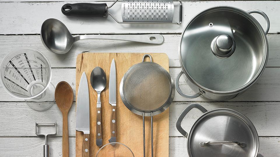 스테인리스로 된 식기, 수저, 식칼, 냄비, 솥 등의 주방용품