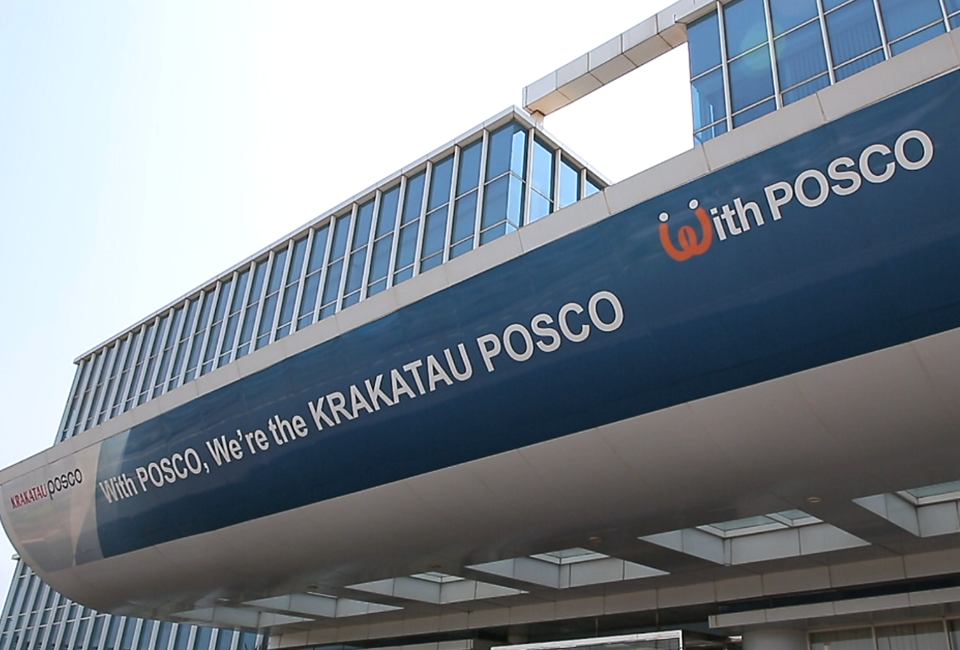 With POSCO, We're the KRAKATAU POSCO 라고 새겨져 있는 건물