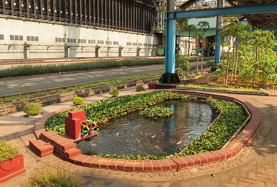 푸른 풀과 나무가 심어져있는 공장 일대1