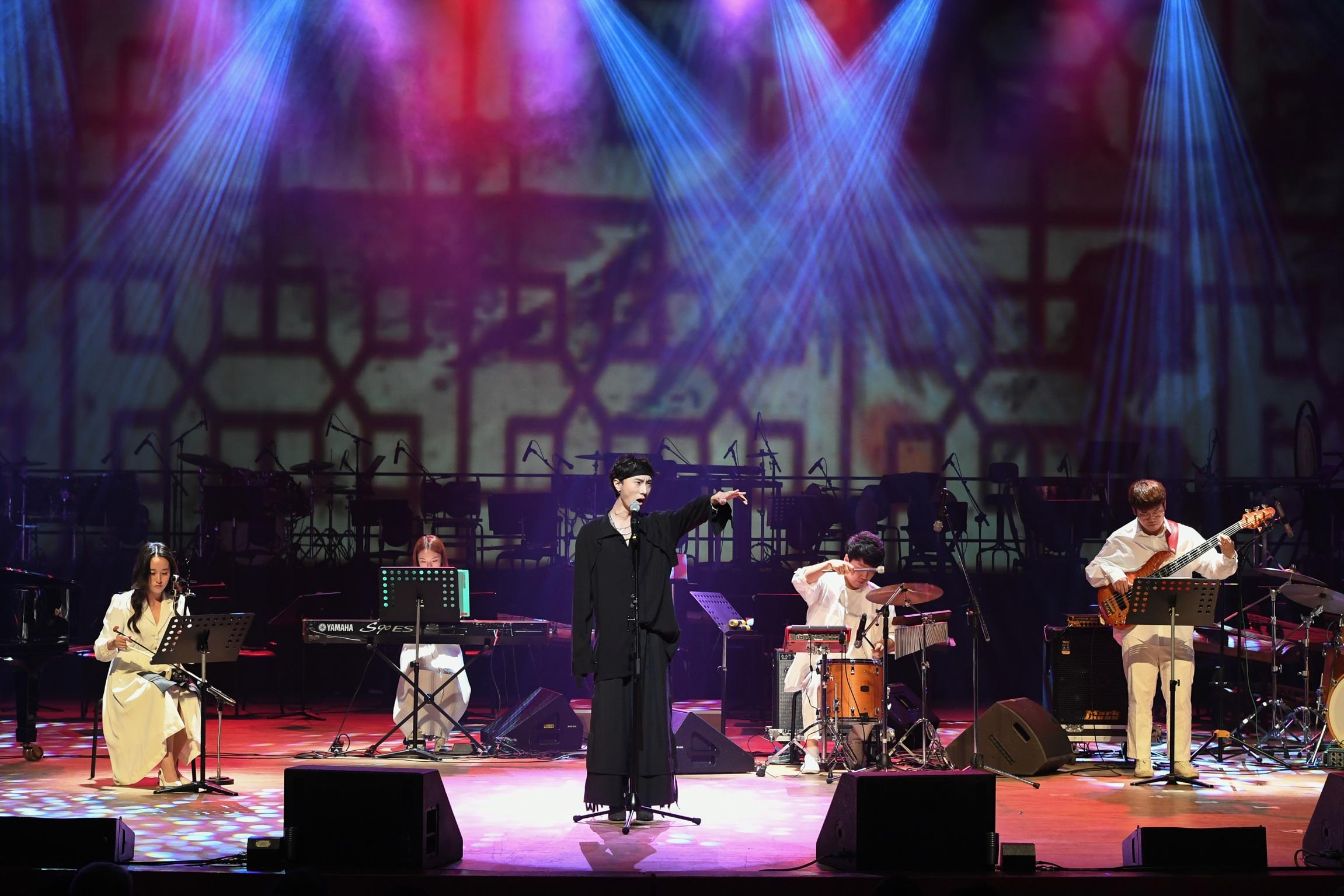 백운아트홀에서 열린 제11회 대한민국 대학국악제에서 대상을 수상한 '서도밴드'가 열정적인 무대를 선보이고 있다.