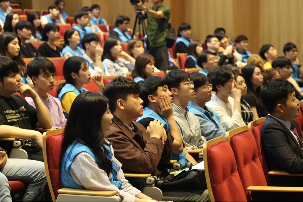박정은 씨의 강연을 듣고 있는 청중들