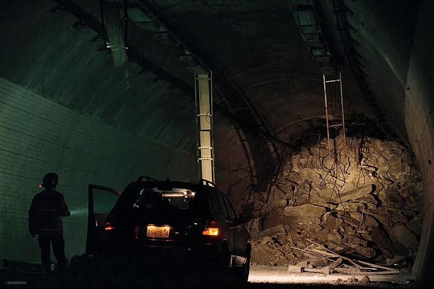 영화 '터널' 스틸컷. 록볼트 부실 시공으로 터널이 무너졌다. (이미지출처=쇼박스)
