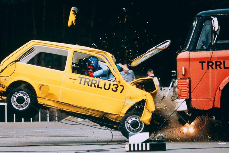 자동차 충돌 실험의 모습 앞 범퍼가 부서지고 전면 유리가 날아가고 있다.