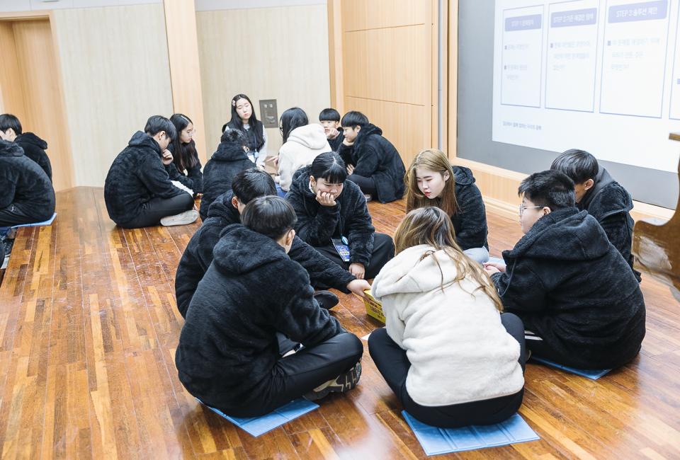 조를 나눠 학생들 스스로 토론을 하고 있다.