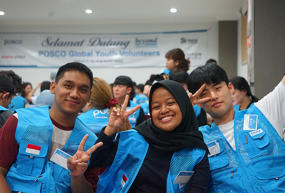 포스코청암재단의 장학생인 인도네시아 비욘드학생들과 13기 봉사단 학생이 손에 브이를 하며 촬영을 하고 있다.