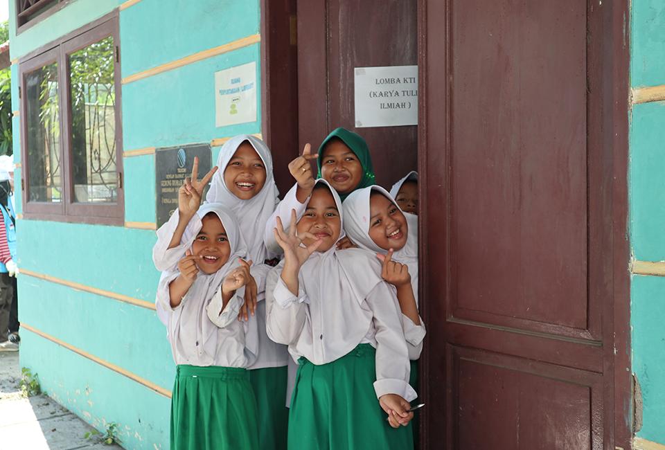 수혜학교 학생들이 환한 미소로 사진을 찍고 있다